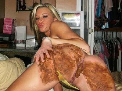 Fille nue fait caca